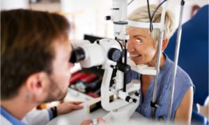 The older woman gets an eye test for macular degeneration.
